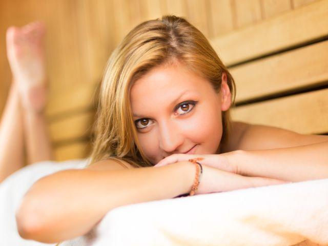 Frau relaxt in Sauna, Foto: Matej Kastelic / Shutterstock.com