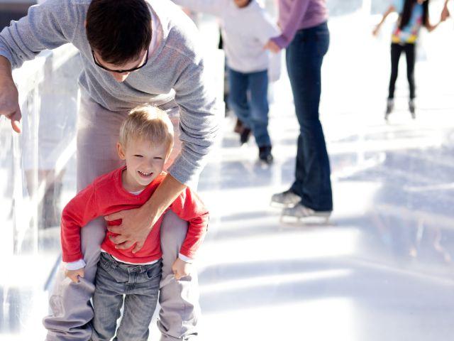 Vater mit Sohn beim Eislaufen, Foto: Aleksei Potov / Shutterstock.com