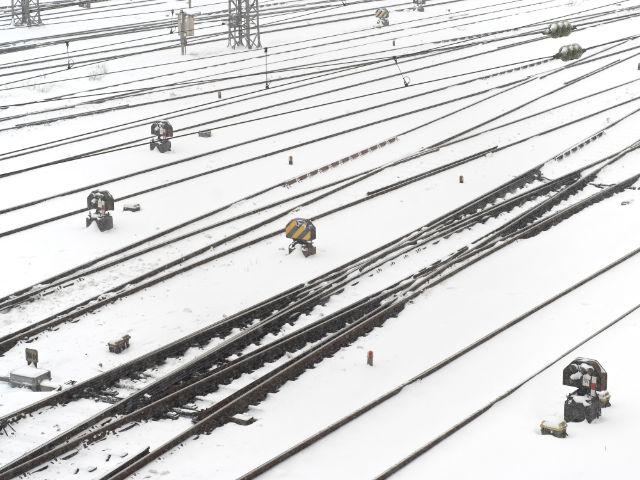 Bahngleise im Schnee, Foto: ETIENjones / Shutterstock.com