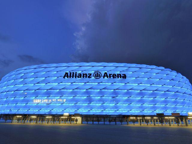 Die Allianz Arena in Blau., Foto: Yuri Turkov / Shutterstock.com