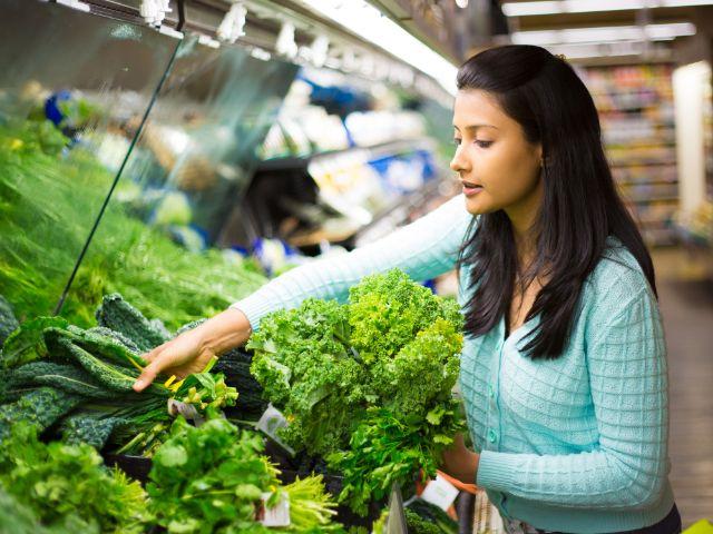Frau kauft gesunde Nahrung in Supermarkt, Foto: A and N photography / Shutterstock.com