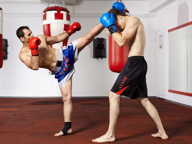 Zwei Männer beim Kickbox-Training, Foto: Catalin Petolea / Shutterstock.com