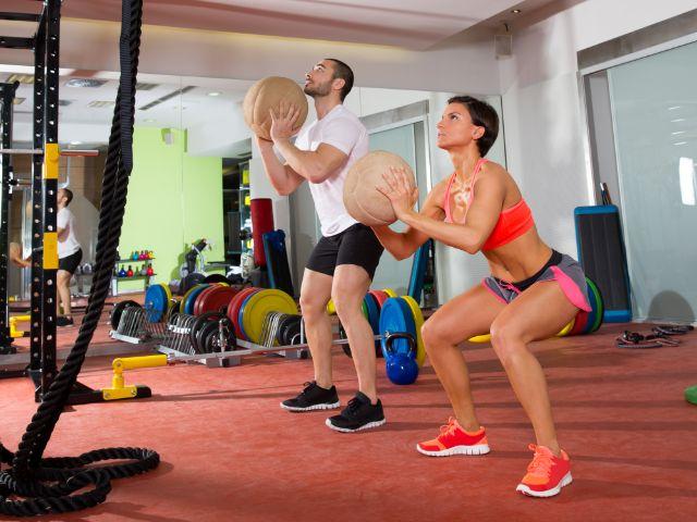 Mann und Frau beim Crossfit Training, Foto: holbox / Shutterstock.com