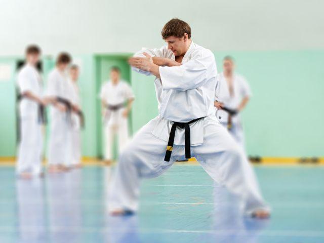 Taekwondo Meister zeigt Übung, Foto: Garsya / Shutterstock.com