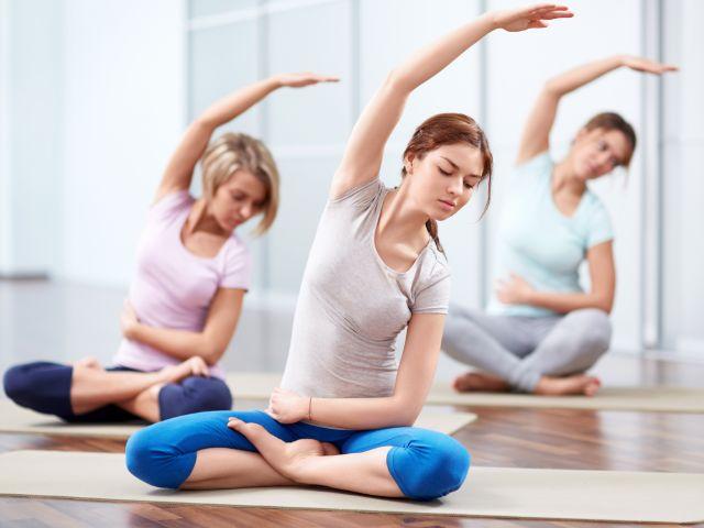 Frauen beim Yoga, Foto: LuckyImages / Shutterstock.com