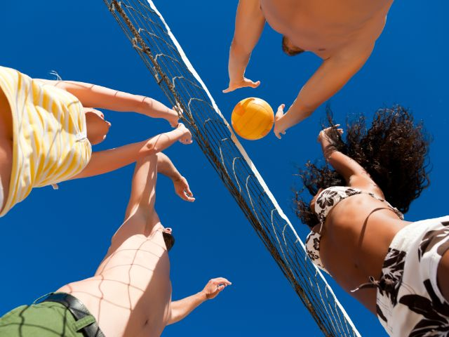 Junge Leute beim Beachvolleyball, Foto: Kzenon / Shutterstock.com