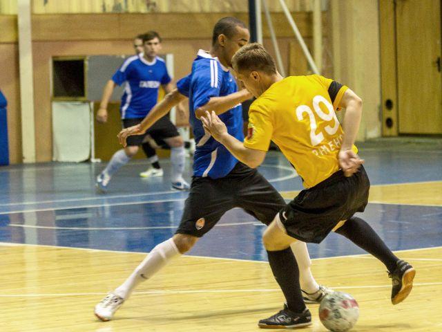 Futsal-Spieler im Zweikampf, Foto: A_Lesik / Shutterstock.com