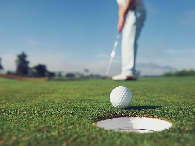 Golfer beim Putten, Foto: Warren Goldswain / Shutterstock.com