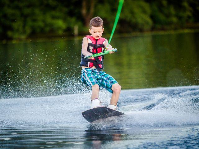 Junge beim Wakeboarden, Foto: Liukov / Shutterstock.com