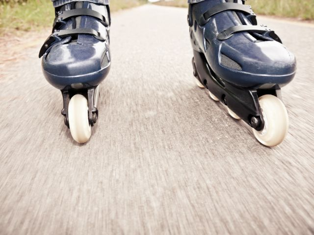 Inlinerskates rollen über Asphalt, Foto: mauro_grigollo / Shutterstock.com