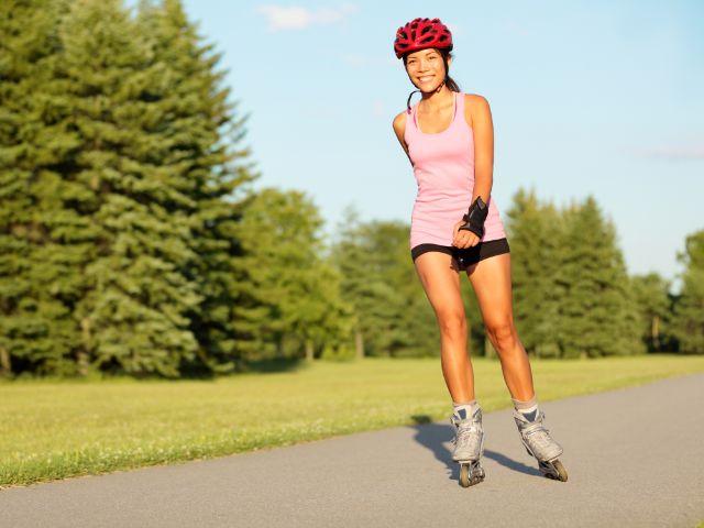 Frau skatet auf Inlinern durch Park, Foto: Maridav / Shutterstock.com