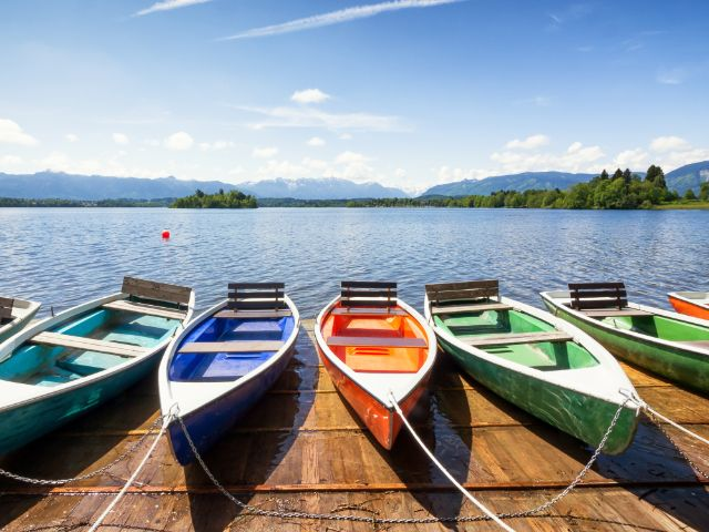 Bunte Ruderboote liegen am See, Foto: FooTToo / Shutterstock.com