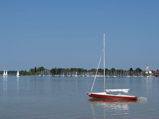 Segelboote auf dem Chiemsee, Foto: Ursula Perreten / Shutterstock.com