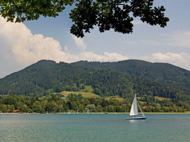 Segelboot auf dem Tegernsee, Foto: SusaZoom / Shutterstock.com