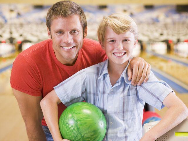 Vater und Sohn beim Bowling, Foto: Monkey Business Images / Shutterstock.com