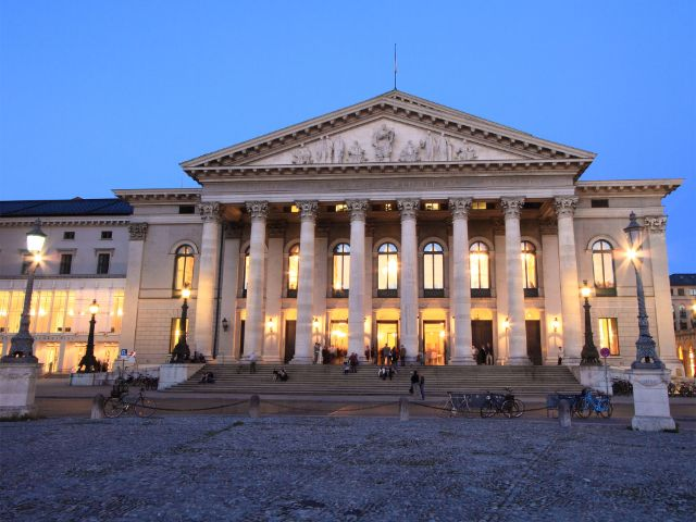 Nationaltheater in der Abendämmerung