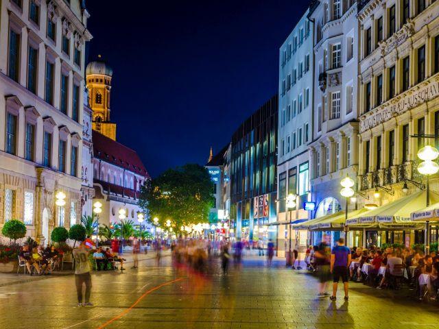 Fußgängerzone bei Nacht