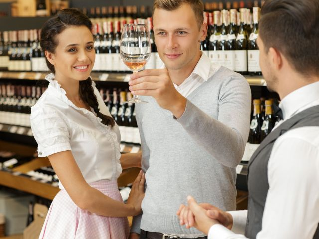 Sommelier mit Weintestern, Foto: Nestor Rizhniak/Shutterstock.com