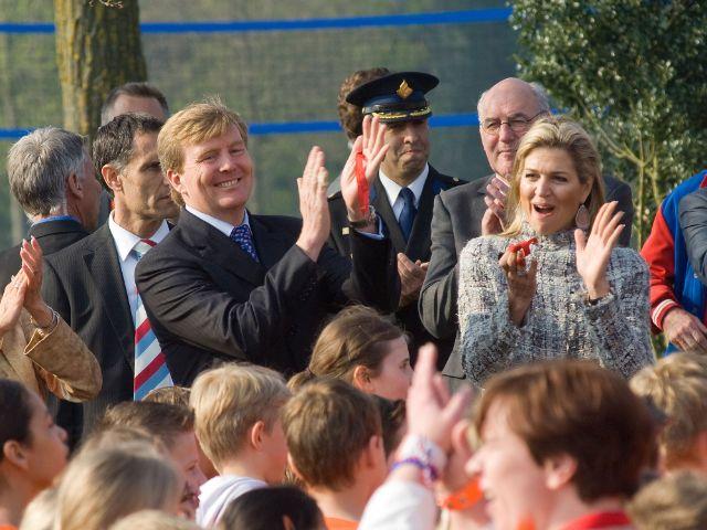 Willem-Alexander und Maxima jubeln den Menschen zu, Foto: Robert Hoetink / Shutterstock.com
