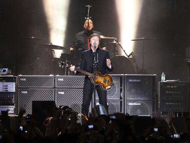 Paul McCartney singt auf Konzertbühne, Foto: Alexander Mazurkevich/Shutterstock.com