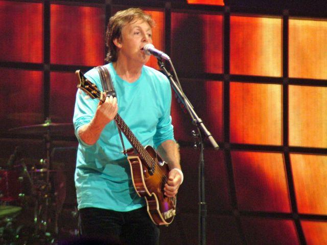 Paul McCartney singt auf Konzertbühne, Foto: Mary A Lupo / Shutterstock.com