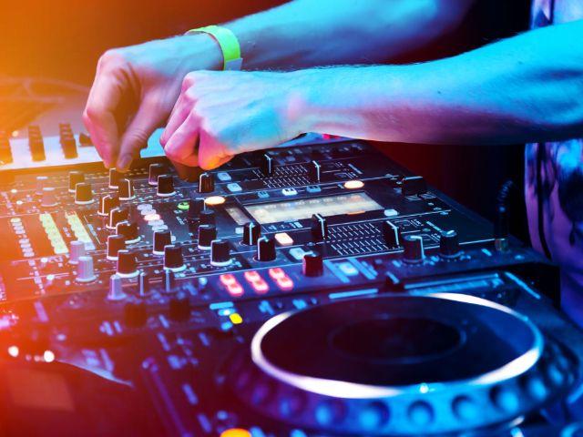 DJ am Mischpult, Foto: Shutterstock