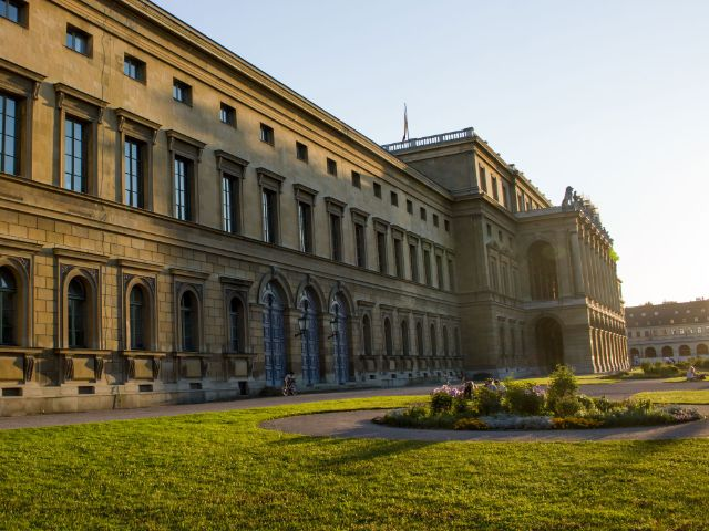 Die Fassade der Residenz vor dem Herkulessaal in der Morgensonne