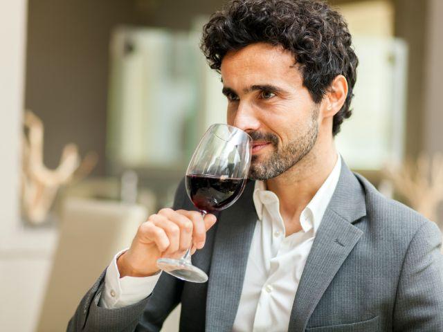 Mann bei Weinprobe