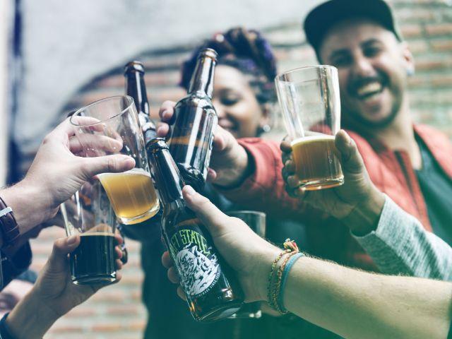 Junge Leute stoßen mit Bier an, Foto: Immanuel Rahman