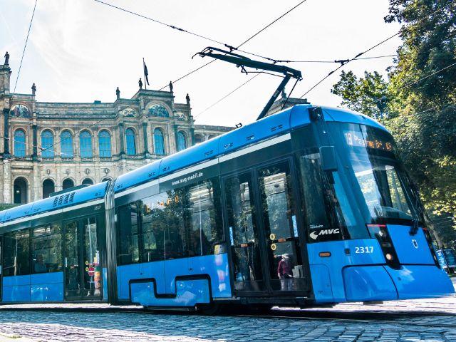 Tram 19 fährt vor dem Maximilianeum