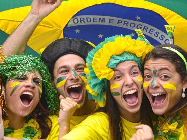 Brasilianische Fussballfans jubeln, Foto: mangostock / Shutterstock.com