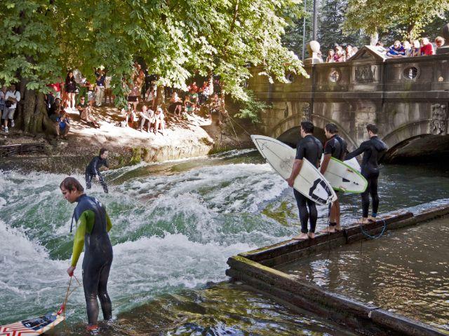Eisbach Surfen München, Foto: Luisa Fumi/Shutterstock.com