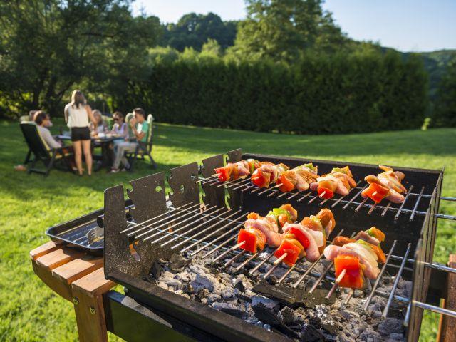 Grillspieße auf Rost, Foto: Corepics VOF / Shutterstock.com