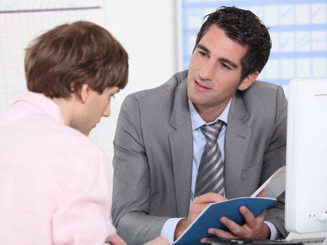 Junger Mann in Beratungsgespräch, Foto: auremar / Shutterstock.com