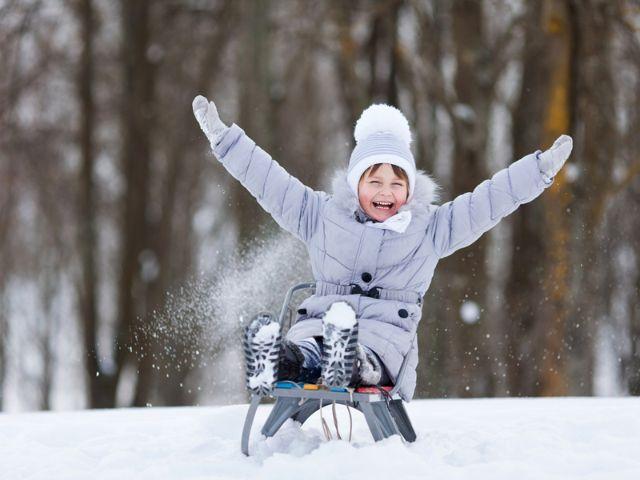 Kind auf Schlitten freut sich, Foto: Melianiaka Kanstantsin / Shutterstock