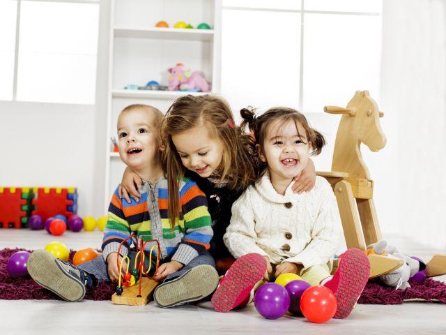 Kinder mit Spielzeug, Foto: Goran Bogicevic/Shutterstock.com