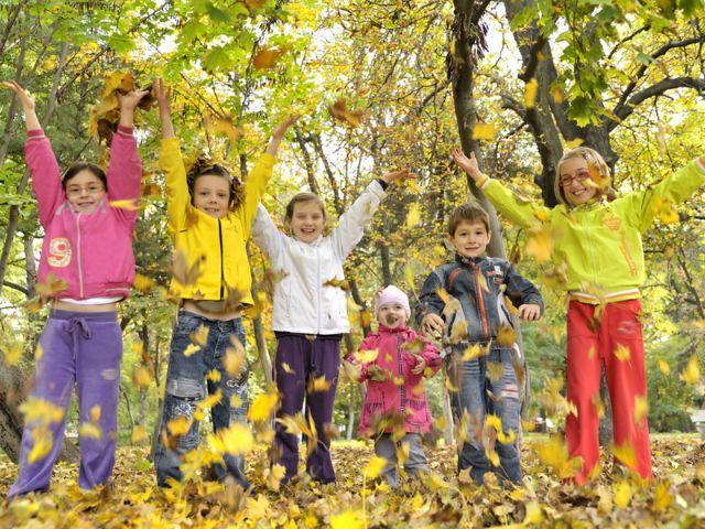 Kinder spielen mit Herbstlaub, Foto: jordache / Shutterstock