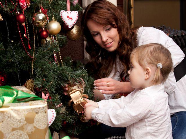 Mutter und Kind vor Weihnachtsbaum, Foto: Sergey Mironov / Shutterstock