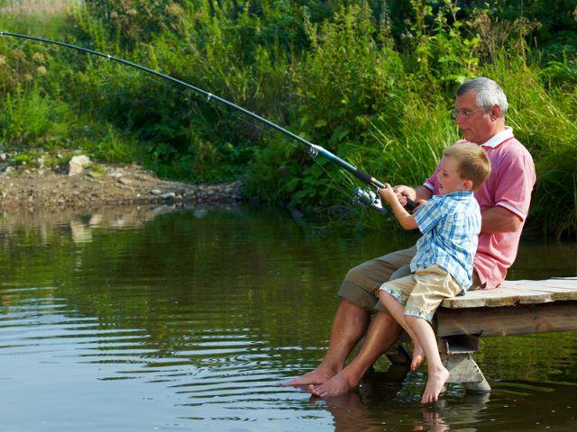 Opa angelt mit Enkel, Foto: Pressmaster / Shutterstock