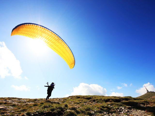 Paraglider beim Starten, Foto: Rechitan Sorin / Shutterstock