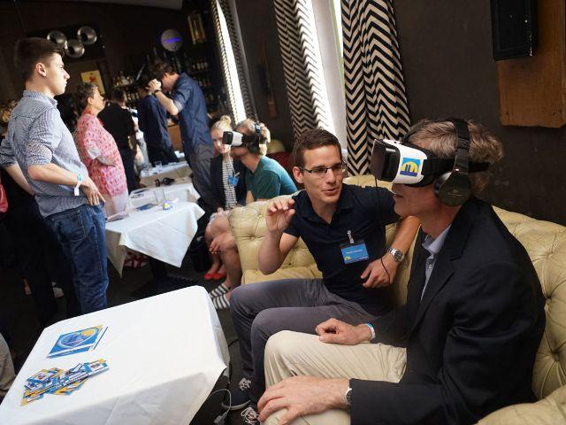 Testen der VR-App mit 3-D-Brille, Foto: muenchen.de/Dan Vauelle
