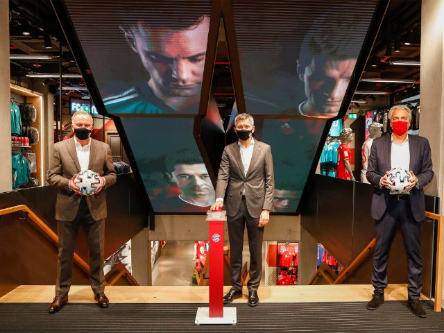 der Vorstandsvorsitzende Karl-Heinz Rummenigge, Präsident Herbert Hainer, und Jörg Wacker, Vorstand für Internationalisierung und Strategie (v.l.n.r.), Foto: FC Bayern München