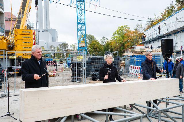 OB Dieter Reiter, Bürgermeisterin Katrin Habenschaden und Gasteig-Chef Max Werner schlagen symbolisch Nägel in einen Holzbalken des Interimsbaus, Foto: Anette Göttlicher
