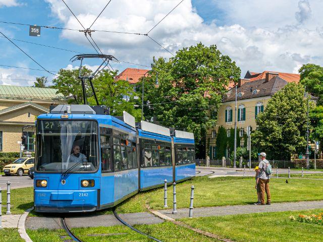 Karolinenplatz mit Tram 27, Foto: muenchen.de/Michael Hofmann