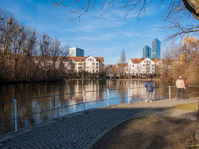 Spazieren am Ufer des Schwabinger Sees, Foto: Anette Göttlicher