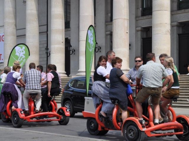 Menschen auf Conference Bikes der Pedalhelden, Foto: Pedalhelden