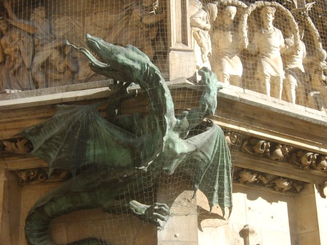 Drache an der Fassade des Neuen Rathauses, Foto: Stadtdetektive