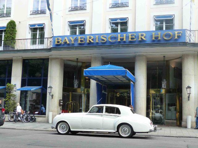 Rolls Royce vor dem Bayerischen Hof, Foto: AntaKarana Reisen