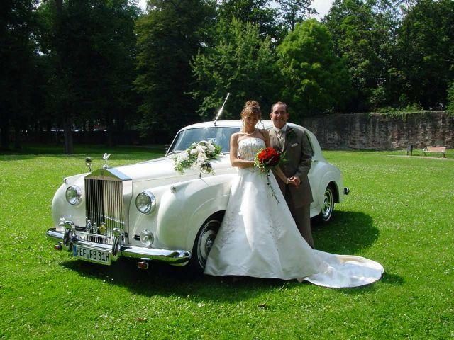 Hochzeitspaar vor einem Rolls Royce, Foto: AntaKarana Reisen