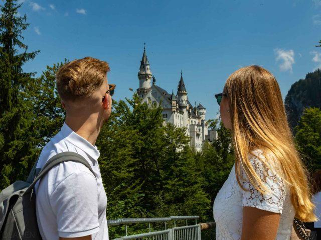 Mann und Frau schauen auf Schloss Neuschwanstein, Foto: Autobus Oberbayern